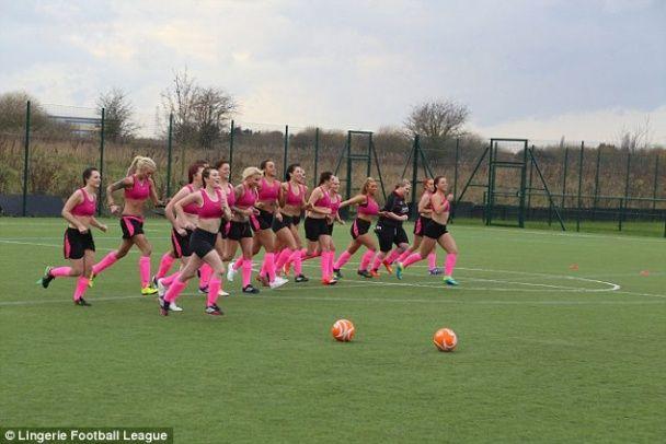 В Англії футболістки нарядилися у сексуальну форму у боротьбі за свої права