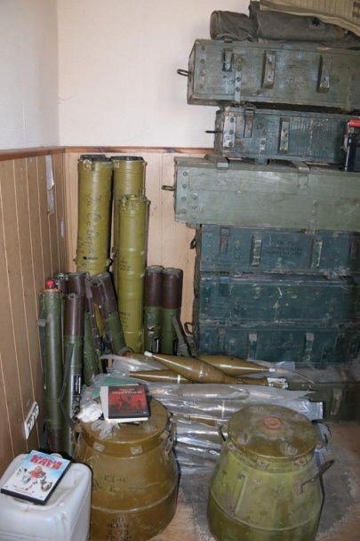 У Нацполіції показали вражаючий арсенал зброї, вилучений в гуртожитку Маріуполя