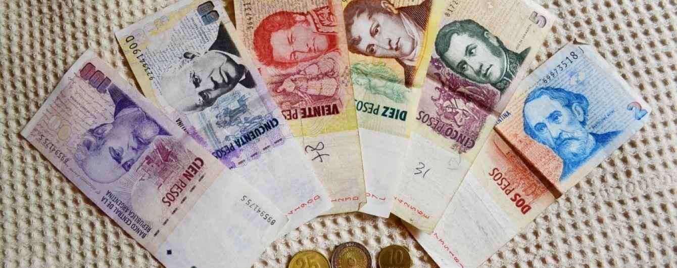 В Аргентині національна валюта впала на 50% протягом одного дня
