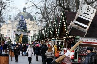 """Самые яркие фото дня: рождественская ярмарка во Львове, обучение нацгвардейцев, """"святой"""" Обама"""