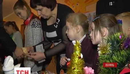 Ученики одной из луцких школ решили одарить наших военных ко дню святого Николая