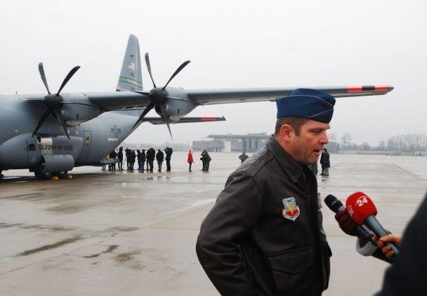 США передали українським льотчикам 200 комплектів авіаційних шоломів та кисневих масок