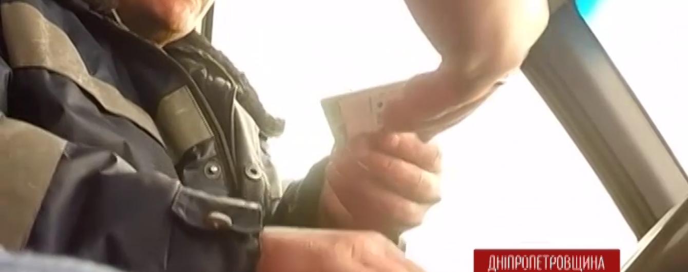 На Дніпропетровщині оскандалилися поліцейські, які за 2000 грн відпустили водія напідпитку