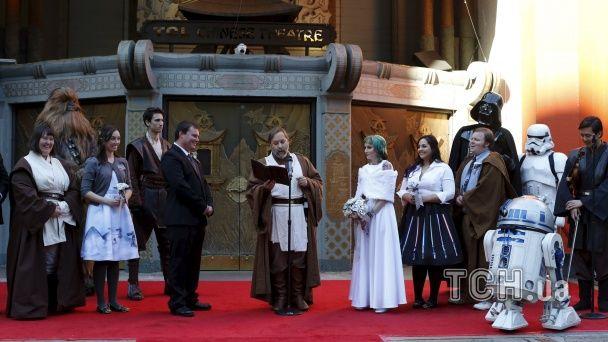 """Дарт Вейдер, Чубака та молодята: у Голлівуді відгуляли гучне весілля у стилі """"Зоряних війн"""""""