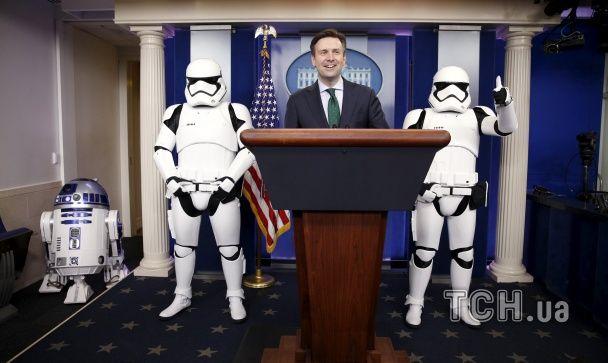 На прес-конференцію Обами завітали штурмовики і дроїд R2-D2