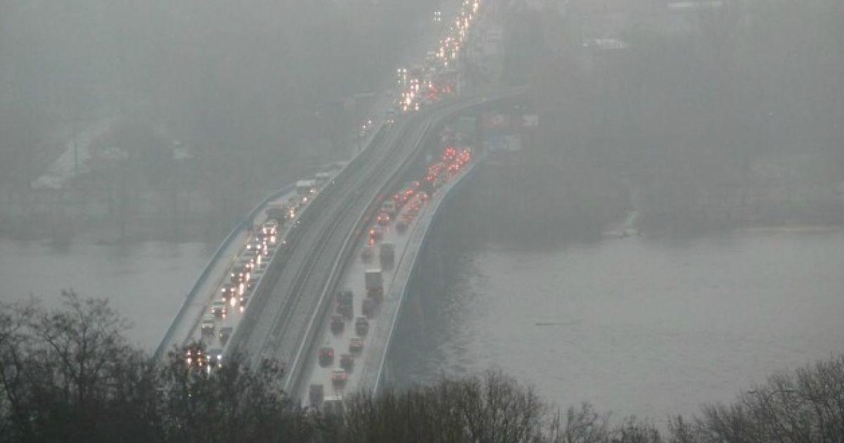 Столичних водіїв попередили про густий туман