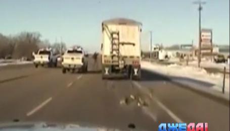 В США сержант полиции на ходу вскочил в грузовик, водителя которой подкосил сердечный приступ