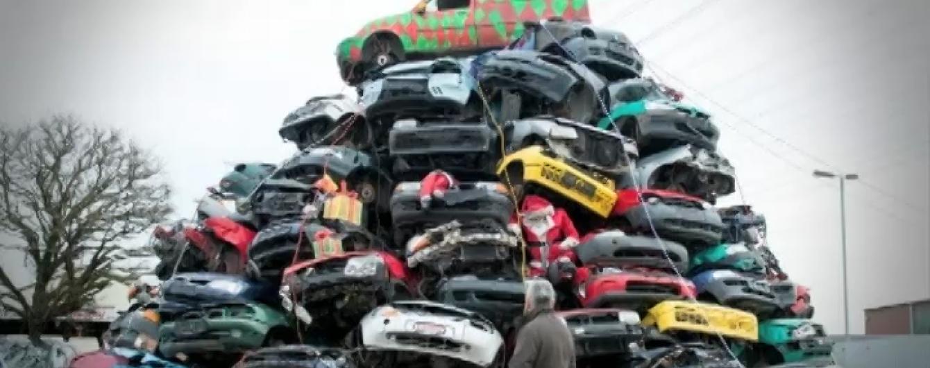 Найоригінальніші ялинки планети: старі авто у Гамбурзі та миротворчі шоломи у Лівані