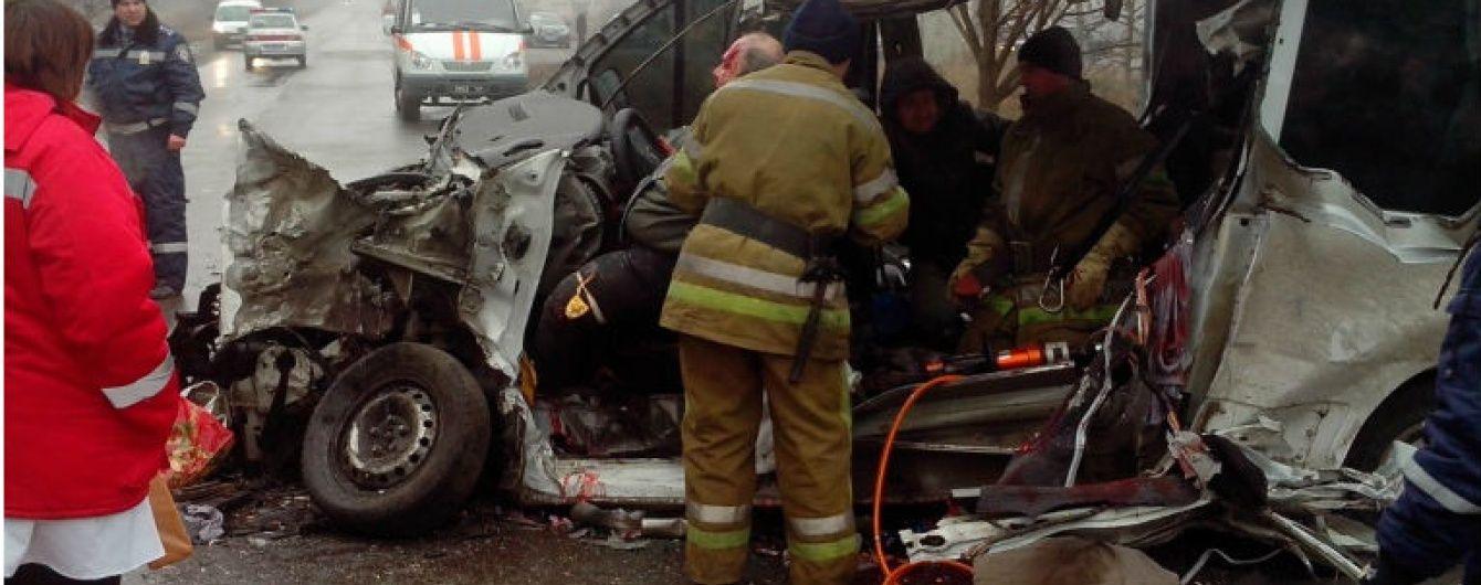 На Дніпропетровщині внаслідок страшного зіткнення мікроавтобуса і вантажівки загинули три людини