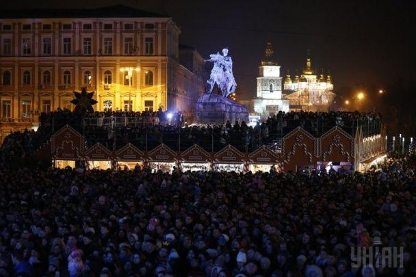 Іграшкові солодощі, новорічні вогні і Святий Миколай: з'явилися фото, як запалювали ялинку в Києві