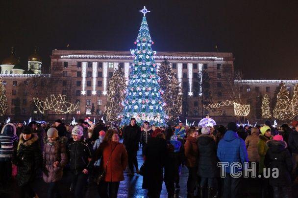 У центрі Дніпропетровська тисячами вогників замерехтіла новорічна ялинка