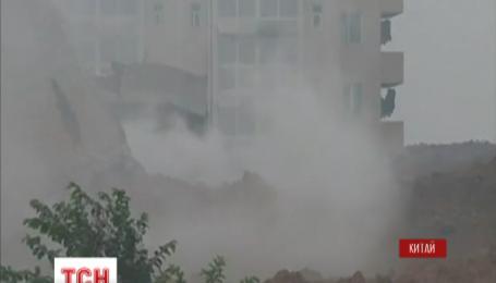 Понад 90 людей зникли без вісти в результаті зсуву ґрунту у Китаї