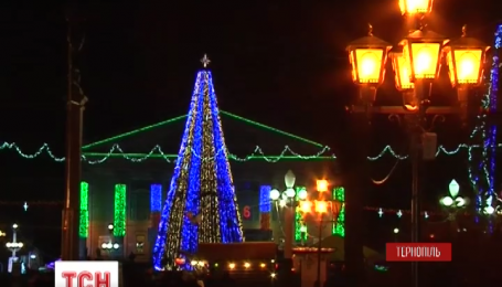У Тернополі встановили ялинку-прапор