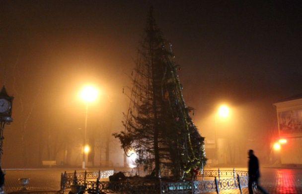 У Чернівецькій області вночі вигоріла вщент головна районна ялинка