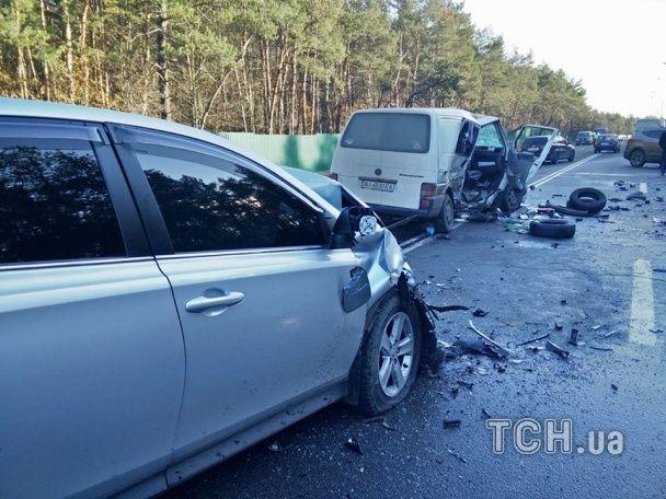 Під Києвом у масштабній ДТП розтрощило п'ять машин: загинуло немовля