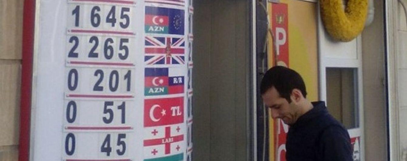 Через обвал нацвалюти в Азербайджані закриваються магазини та не працюють обмінники