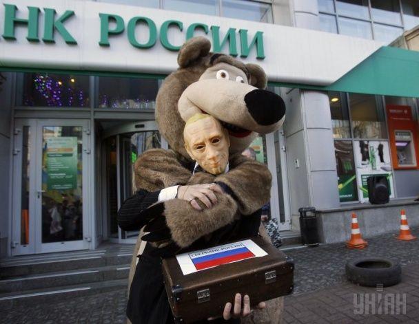 Найяскравіші фото дня: передноворічна краса у Києві, Порошенко з немовлям