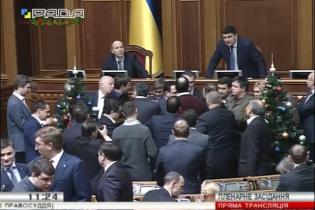 Народні депутати заблокували трибуну Ради