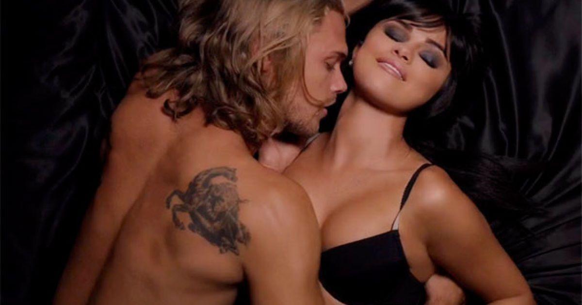 Сексуальная Селена Гомес в нижнем белье и в наручниках презентовала откровенный клип