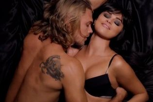 Сексуальна Селена Гомес у спідньому та в кайданках презентувала відвертий кліп