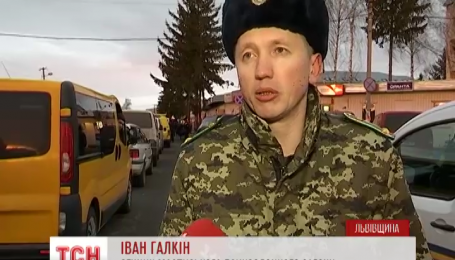 Сотни автомобилей стоят в очередях на западной границе Украины