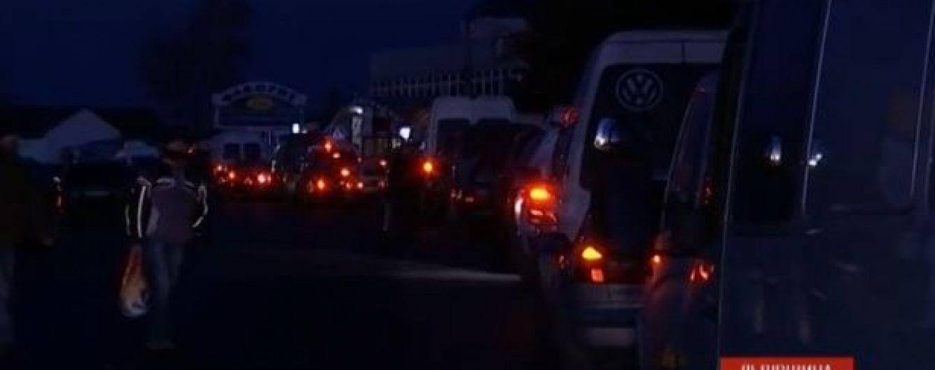 Передноворічний ажіотаж: українці вистоюють по 12 годин на кордоні з Польщею