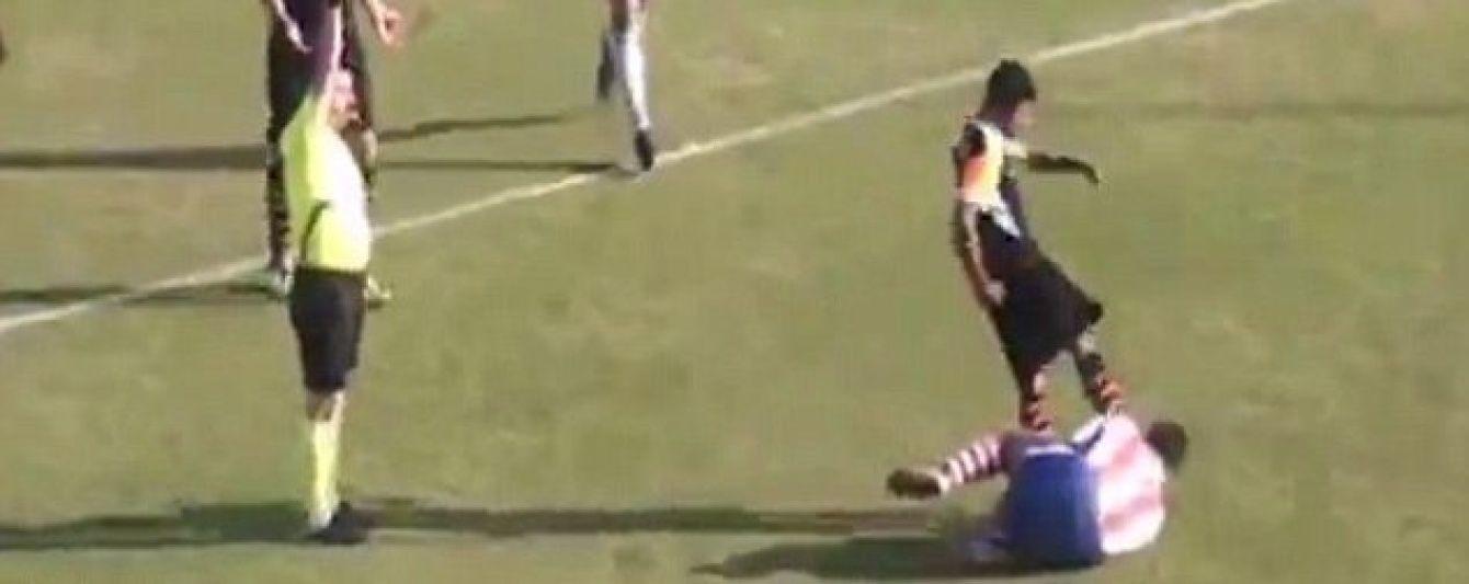 В Туреччині футболіст ледь не вбив лежачого суперника ударом ногою по голові