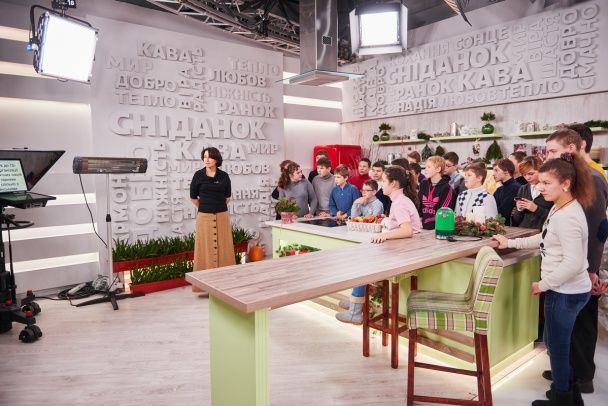 """Ведуча ТСН Наталія Мосейчук влаштувала дітлахам екскурсію телеканалом """"1+1"""""""
