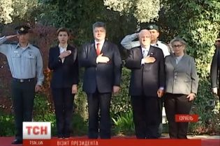 Президент Ізраїлю поклав руку на серце під час виконання українського гімну
