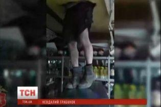 Синдром Вінні Пуха в гостях у Кролика. У Росії грабіжник застряг у крамниці зі спиртним