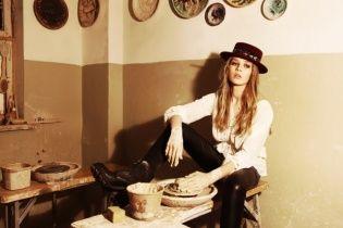 Дочка Брежневой примеряла шляпы с гуцульской вышивкой