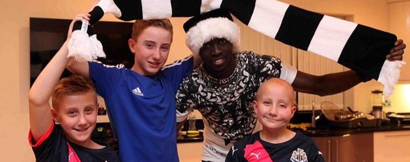 """Форвард """"Ньюкасла"""" запросив юних вболівальників команди до себе додому на різдвяну вечірку"""