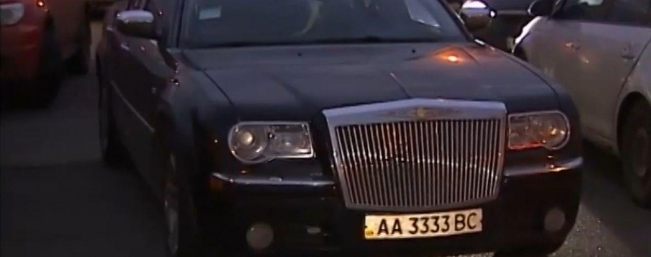 Учасники Антикорупційного форуму приїхали на захід у розкішних авто та вбранні ручного пошиву