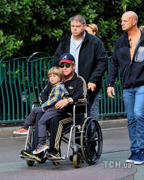 Елтон Джон на інвалідному візку_1