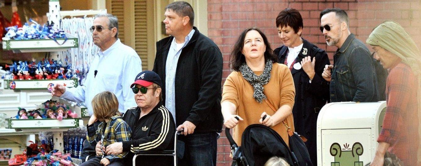 Невідома хвороба посадила Елтона Джона в інвалідний візок