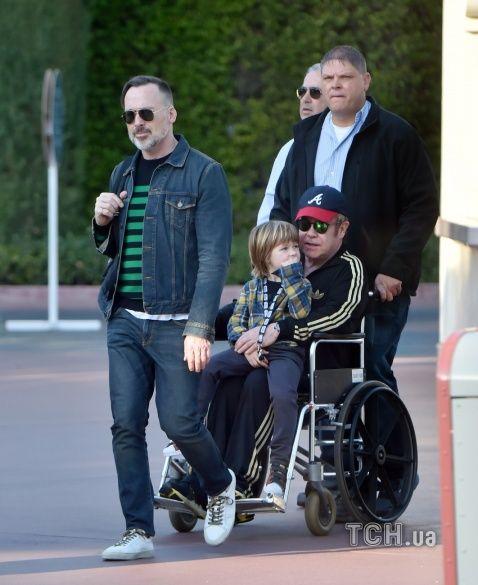 Елтон Джон на інвалідному візку_3