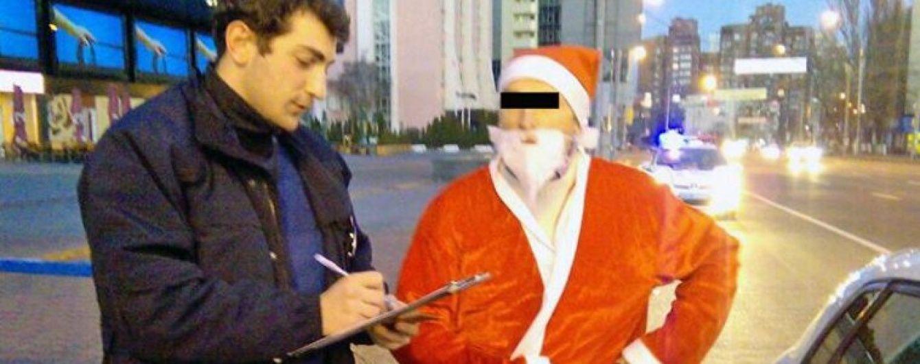 У Києві патрульні поліцейські оштрафували Діда Мороза