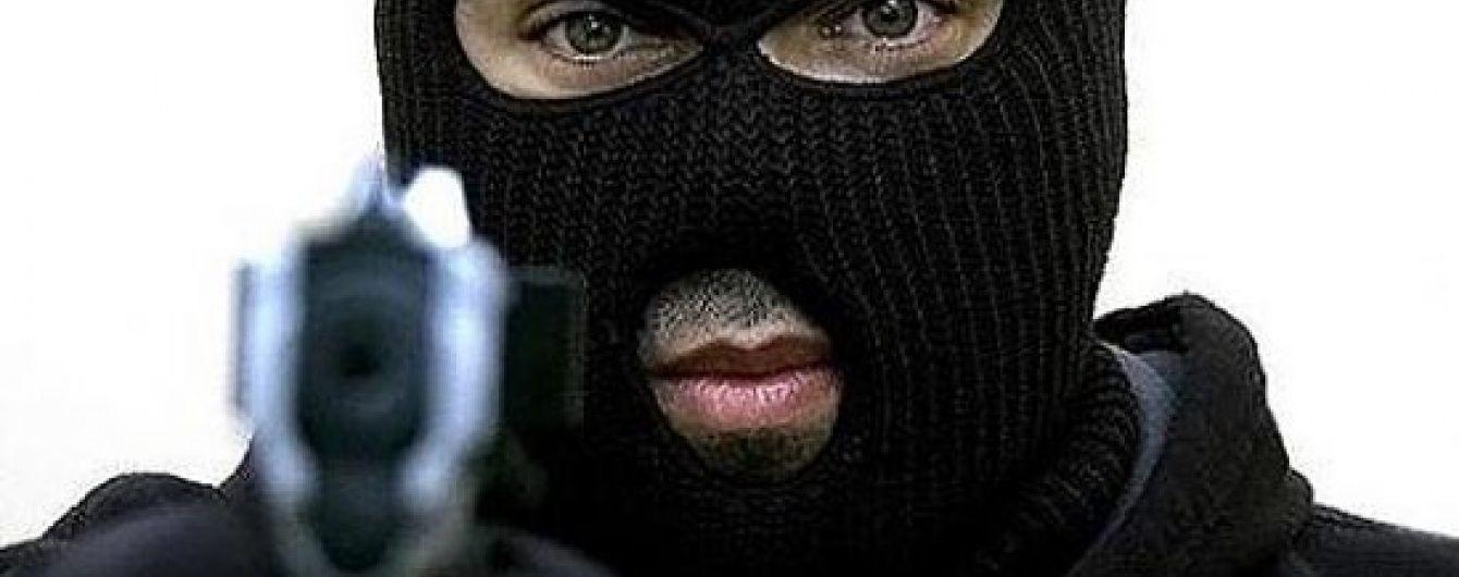 У Києві невідомі у масках зухвало пограбували чоловіка, забравши сумку із понад 2 мільйонами гривень