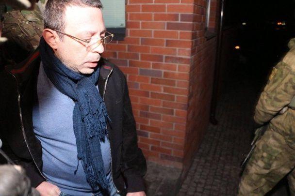 З'явилось відео, як Корбана вивезли з дому на переповненій спецпризначенцями швидкій