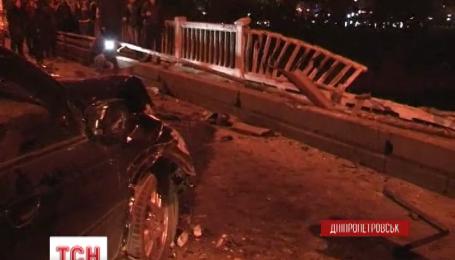 В Днепропетровске машина пробила ограждение и слетела с моста