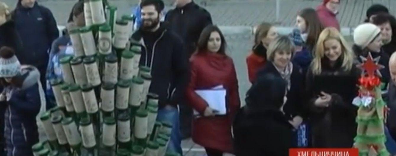 У Кам'янці-Подільському встановили ялинки із кросівок, винних пляшок та газет