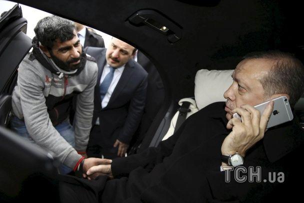 Найяскравіші фото дня: Ердоган рятував самогубця, Обама та його дружина вітали військових з Різдвом