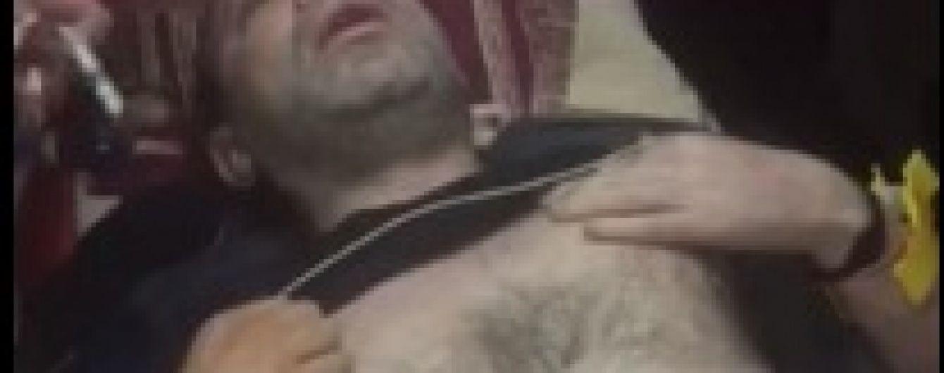 """Тремтить і важко дихає: з'явилося відео з хворим Корбаном у кареті """"швидкої"""""""