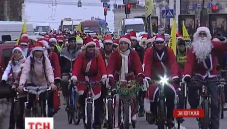 В Запорожье две сотни дедов Морозов приняли участие в новогоднем флешмобе на велосипедах