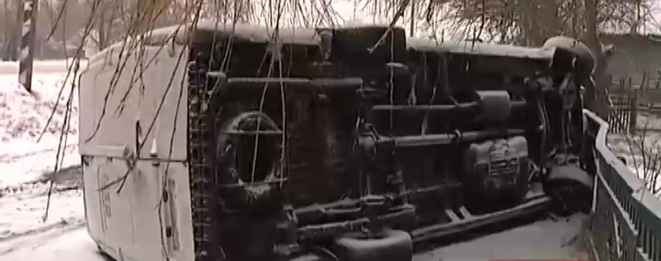 На засніженій трасі Чернігівщини перекинулася маршрутка з 13 пасажирами