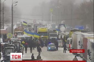 """Емоційне блокування доріг аграріями: погрози """"заморозити"""" всю Україну та спалений трактор"""