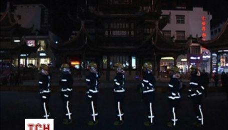 Китайские спасатели зажигательными танцами повышали осведомленность населения о пожарах