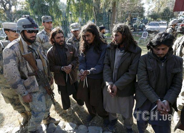 Найяскравіші фото дня: божевільна корида в Колумбії, патлаті таліби в Афганістані