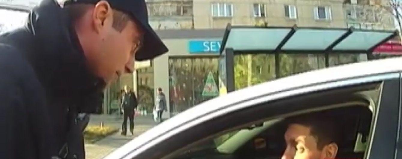 Неадекватный водитель в Одессе пытался наехать на полицейского, чтобы избежать протокола