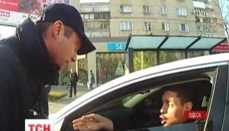 Одесские полицейские задержали водителя, который пытался наехать на патрульных